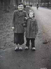 Photo: Lute en Hennie Hilberts. Hun mam had die beide overjassen zelf gemaakt. In de verte zie je meester De Vries op de fiets op weg naar school. Hij was toen in de kost bij Jacob (Job) en Marie Hilbrands van 't postkantoor.