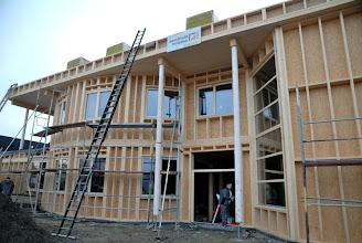 Photo: 20-11-2012 © ervanofoto Het kader voor de inkomdeur is geplaatst.
