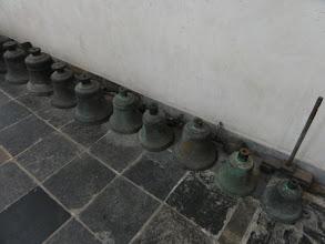 Photo: Klokken op de grond tegen de muur