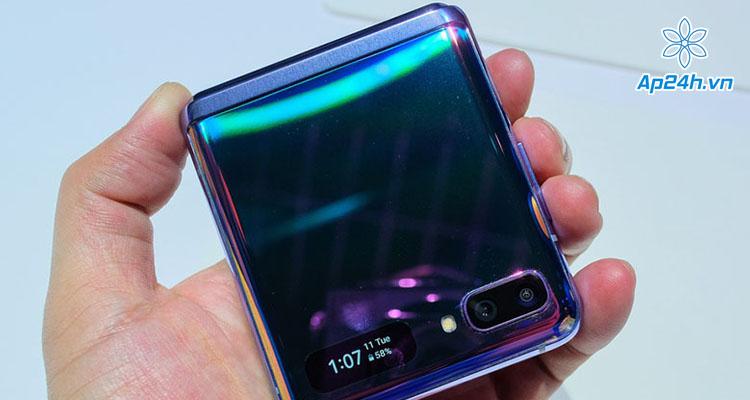 Màn hình nhỏ bên ngoài của Galaxy Z Flip cho biết thời gian và phần trăm pin