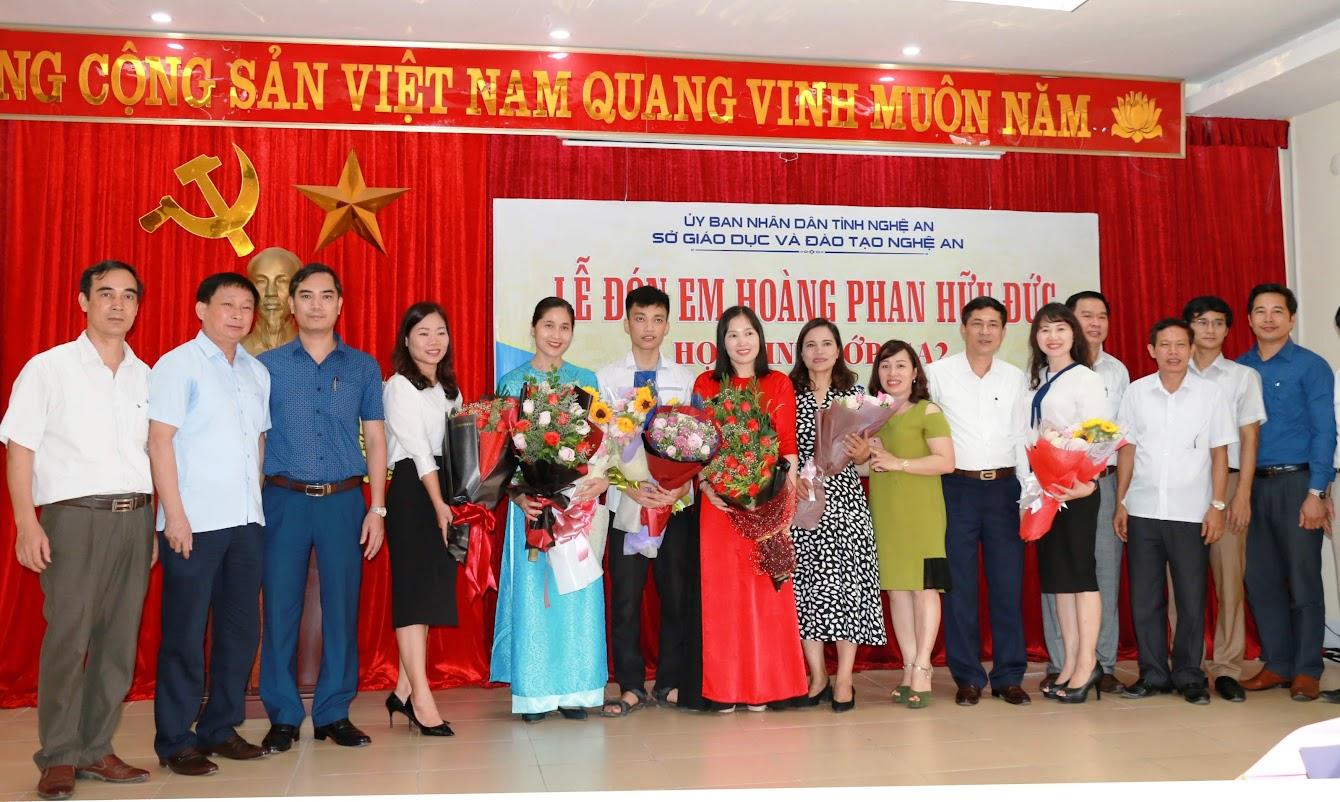 Lãnh đạo Sở GD&ĐT, Trường THPT chuyên Phan Bội Châu  tặng hoa chúc mừng em Hoàng Phan Hữu Đức và giáo viên bồi dưỡng