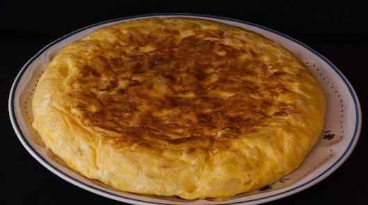 Tortilla de patatas ligera: un toque distinto para un plato imprescindible