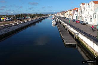 Photo: El canal de San Roque pasa al lado del antiguo barrio de los pescadores y de los almacenes de sal. Al fondo, otro peculiar puente.
