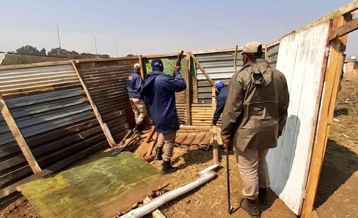 Joburg metro cops remove 'illegal' shacks in Freedom Park