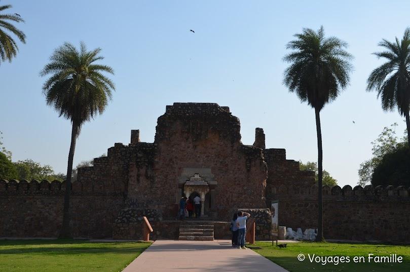 Entrée Isa Khan's tomb