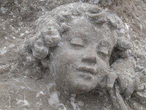 Photo: Engel in Fels gemeißelt