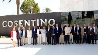 Díaz con el presidente de Cosentino y otras autoridades y dirigentes de la empresa tras su llegada a Cantoria.