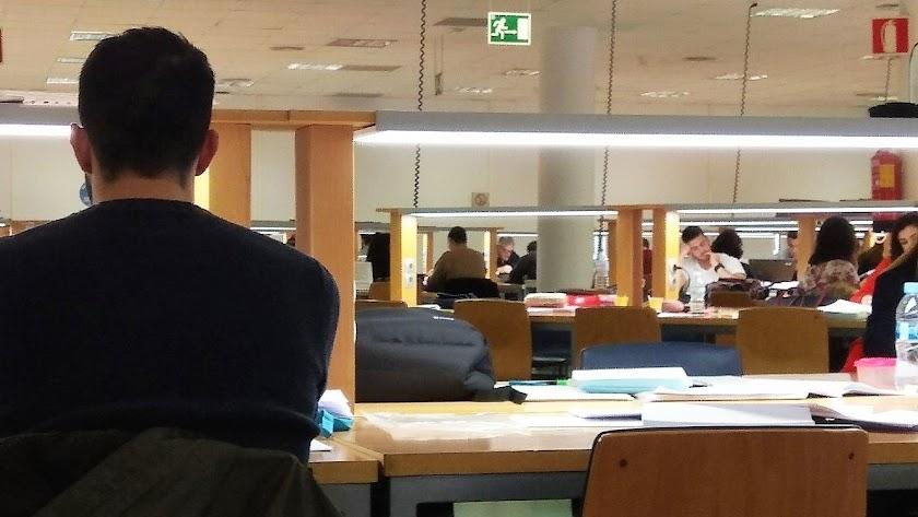 Universitarios en la biblioteca de la UAL.