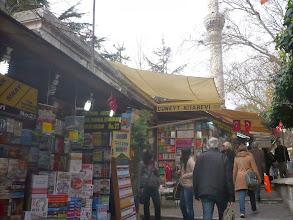 Photo: Domingo de libros, toca ruta librera. Hoy viajamos a Turquía. En Estabul son famosos los bazares y no podía faltar uno de tradición literaria, el Sahaflar Çarsisi y Bazar de los Libros. En uno de los extremos del Gran Bazar encontramos la Plaza Bayzil. Ya en el período bizantino, esta parte de la ciudad era conocida como el mercado del libro y durante muchos años fue el centro de todas las publicaciones que salían a la luz y el lugar de reunión para los intelectuales de toda la zona. Hoy en día, pese a que podemos encontrar más librerías repartidas por la ciudad, sigue siendo una de las zonas populares para visitar, recorriendo los puestos que se sitúan rodeando a la estatua de Ibrahim Muteferrika. Un nombre que no conocía pero que, investigando, he descubierto que no sólo estuvo vinculado a las letras como historiador o traductor sino que además introdujo la imprenta allí. Hoy domingo, os invito a recorrer bazares en Turquía y, si queréis uno un poco más tranquilo, viajemos hasta el Bazar de los Libros. Fotos:notasdesdealgunlugar.com