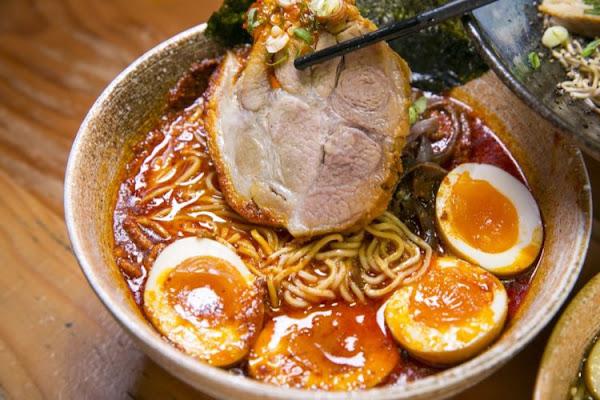 台南拉麵專門店 麵屋-列 一天只賣三碗,辛香料低溫慢火熬炸9小時製成的黑油豚骨拉麵 · 算命的說我很愛吃