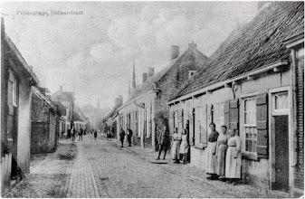 Photo: 1915 Gezien vanuit het noorden in de richting van de Haagsemarkt. Bewoners staan voor hun huisjes te kijken. Zie Princenhage in Oude Ansichten, 21. De straat is gesloopt begin jaren 70 en de kop ervan is nu de Pastoor van Spaandonkstraat
