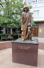 Photo: Äiti Teresan patsas Pristinan keskustassa