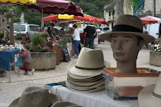 Photo: Friday morning market in Cabrerets, Lot