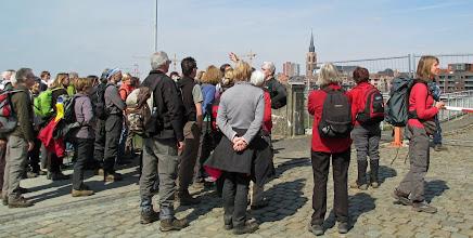 Photo: Stan doet hier uit de doeken hoe de Duitsers vanaf hier, op de oude tolbrug naar Boom, fel op de korrel werden genomen.