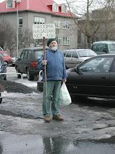 Photo: Helgi Hóseasson fyrir utan Grand hótel þar sem síonistahundar dvöldu árið 2002