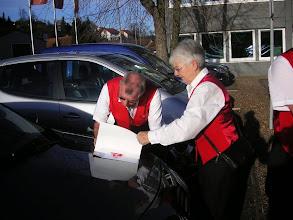 Photo: Unsere Präsidentin Margrit Siegrist sucht noch die letzten Unterschriften.