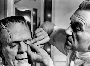 Photo: Jack Pierce aplicando a complexa maquiagem de Frankenstein em Boris Karloff. http://filmesclassicos.podbean.com