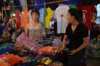 Photo: พี่เค้าซื้อเสื้อซะโหล ถึงขนาดแม่ค้า งง!! ค่าเงินไทยเท่าไหร่หว่า...