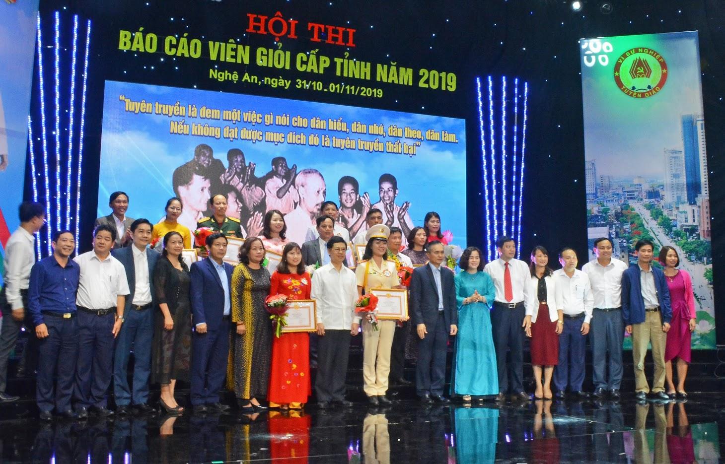 Lãnh đạo tỉnh và Ban Tổ chức chụp ảnh lưu niệm với các thí sinh