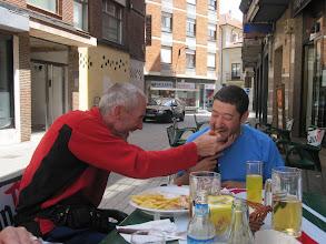 Photo: Comiendo, por fin, en Astorga.