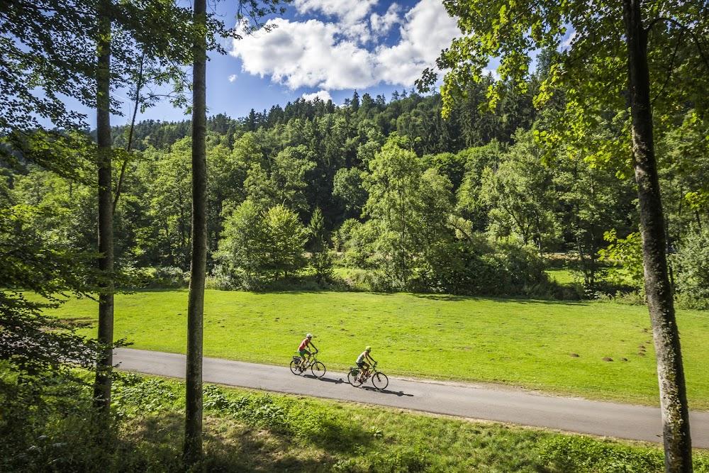 Zwei Radfahrer unterwegs im Nagoldtal