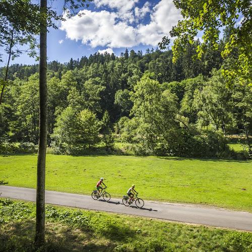 Zwei Radfahrer unterwegs auf dem Radweg durch das Nagoldtal