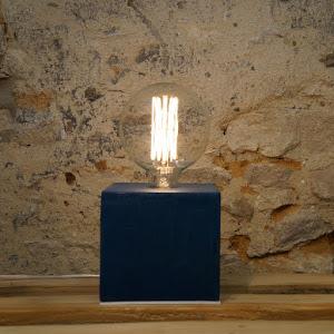 lampe béton ciré couleur bleu canard forme cube  design par la créatrice junny