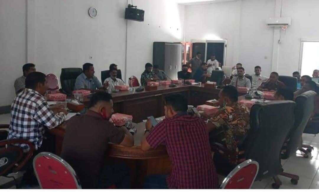 Tidak ada di Kecamatan, Camat Mdona Hyera Menimbulkan Polemik Soal Ketua Latupati : Masyarakat Pulau Luang Bersikukuh Menolak.