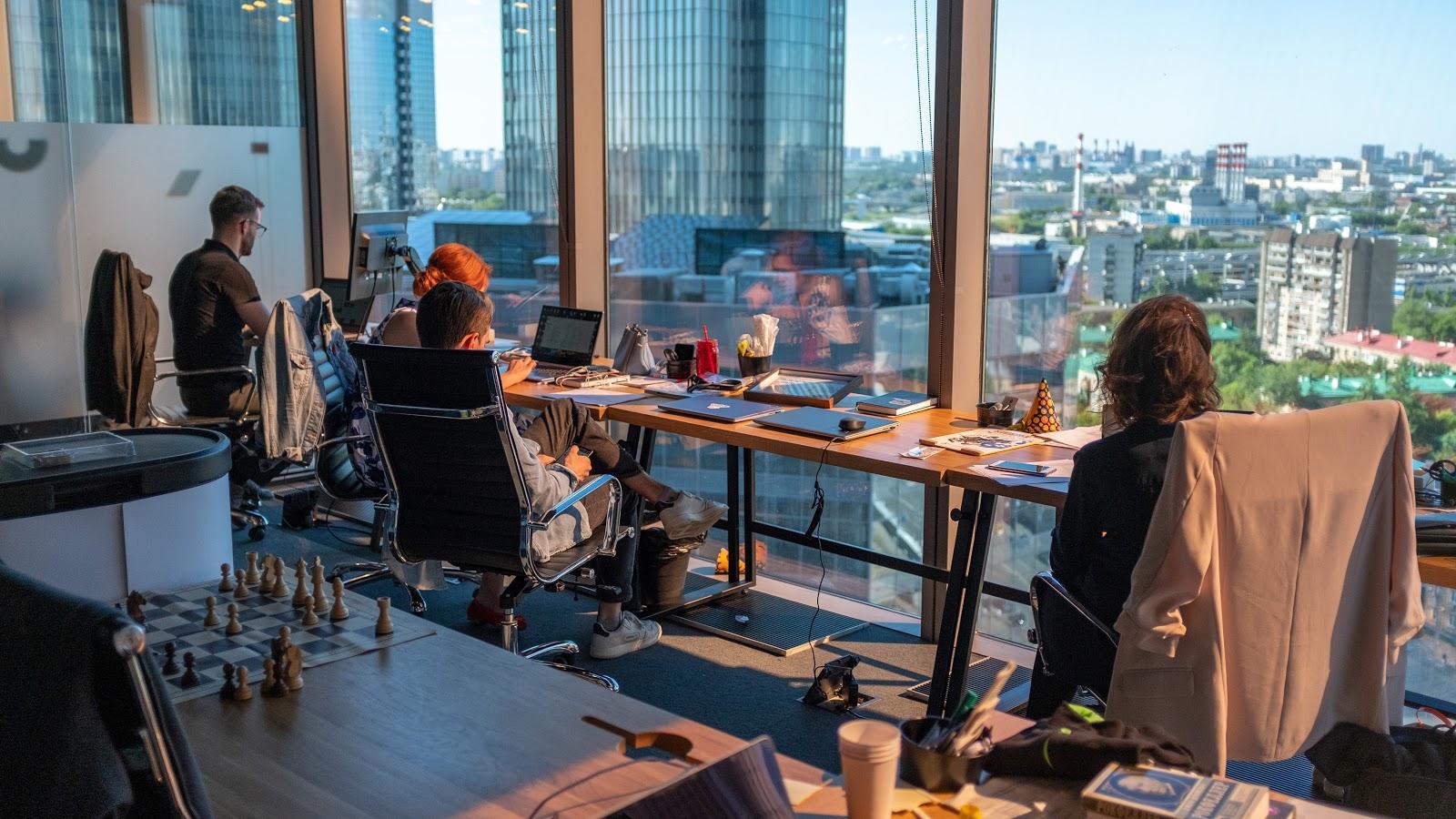 Pessoas trabalhando em um escritório grande