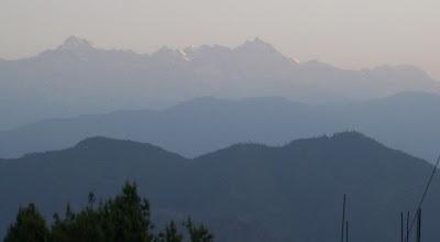 Photo: In Chissepani kriechen wir bei Sonnenaufgang auf das Dach um den Shiha Pangma (kleine Stecknadel in der Bildmitte) zu sehen.