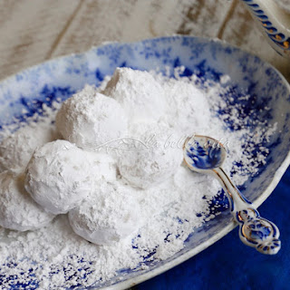 Greek Wedding Cookies -- Kourabiethes / Kourabiedes