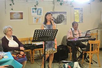 Photo: Viviane, la femme de anh Thong (jjr), chante  derrière Geneviève Jaubert, une ancienne des Oiseaux