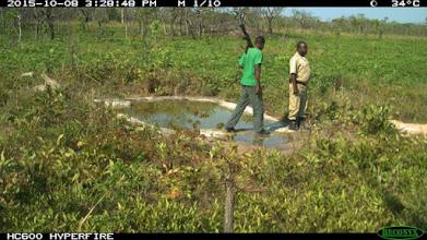 Photo: Rangers visiting the water hole in October; Fiscais visitando o bebedouro em Outubro.