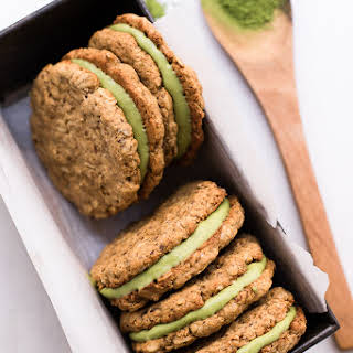 Healthy Matcha Filled Oatmeal Cream Pies (gluten-free & refined sugar-free).