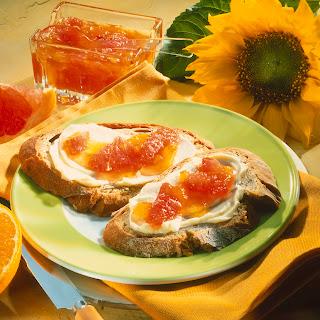 Grapefruit-Orangen-Konfitüre auf Krustenbrot