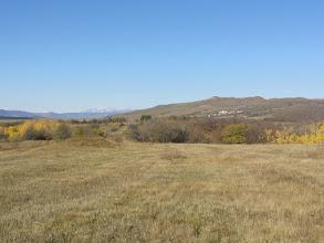 """Photo: W oddali: Pasmo Trialeckie: Ardzhevani - 2759 m. n.p.m. (lewy skraj pasma) i Iuris-Kedi - 2203 m. n.p.m. (prawy skraj pasma). Trzy """"niskie"""" wystające ośnieżone szczyty to kolejno ku lewej: bardziej zachodnia część Pasma Trialeckiego, leżąca w pobliżu Jeziora Tabacquri oraz leżące w Paśmie Abul-Samsarskim wulkaniczny szczyt Tavkvetili - 2583 m. n.p.m. i Shavnabada - 2929 m. n.p.m. Bliżej, po prawej, odnoga Grzbietu Kartalinia."""