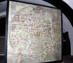 Photo: Das Original verbrannte 1943 in der Landesbibliothek Hannover. Die Kulmbacher Kopie ist eine von vier Nachbildungen, die nach 1950 im Gerbdruckverfahren nach einer um 1890 hergestellten verkleinerten Kopie angefertigt wurde. Da auf der Weltkarte als einzige Burg die Plassenburg abgebildet ist, wurde im Jahre 1962 eine dieser vier Kopien von der Stadt Kulmbach angekauft. Die Karte ist geostet, d.h. das Haupt Christi (oben) liegt im OSTEN der Karte!