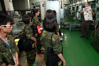 Photo: 今年新聞研習營80位學員3日參訪國防部青年日報社,瞭解單位印製作業情形。(軍聞社記者方正攝)