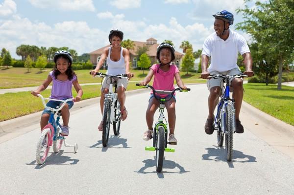 família em bicicletas