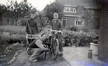 Photo: Derk Raterink met zijn zonen Berend en Jan