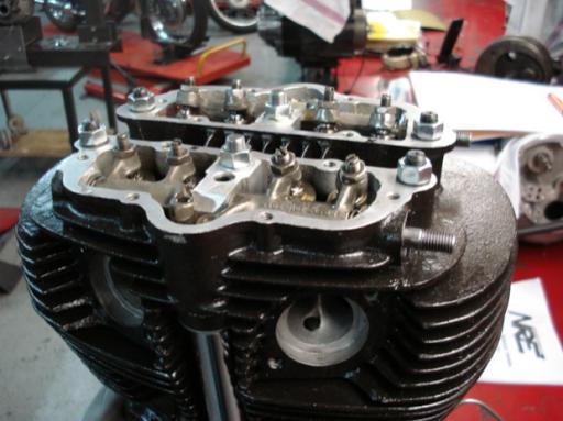 Haut moteur en cours de montage d'un moteur Triumph  Rickmann monté par machines et Moteurs dans un cadre Norton