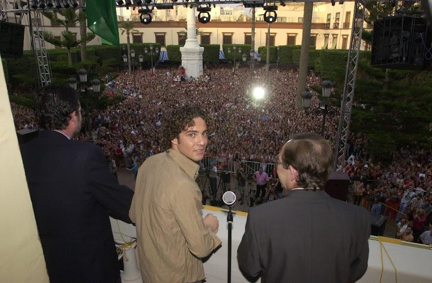 David Bisbal junto al alcalde Santiago Martínez Cabrejas, en su pregón del año 2002 en la Plaza Vieja.