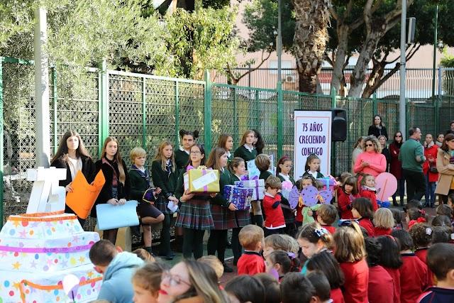 Alumnos de diferentes niveles del centro educativo durante el acto