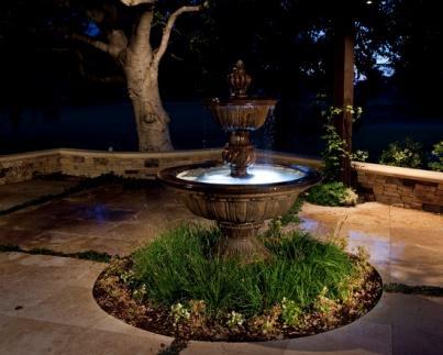 Des fontaines extérieures peuvent être utilisées pour l'aménagement paysager