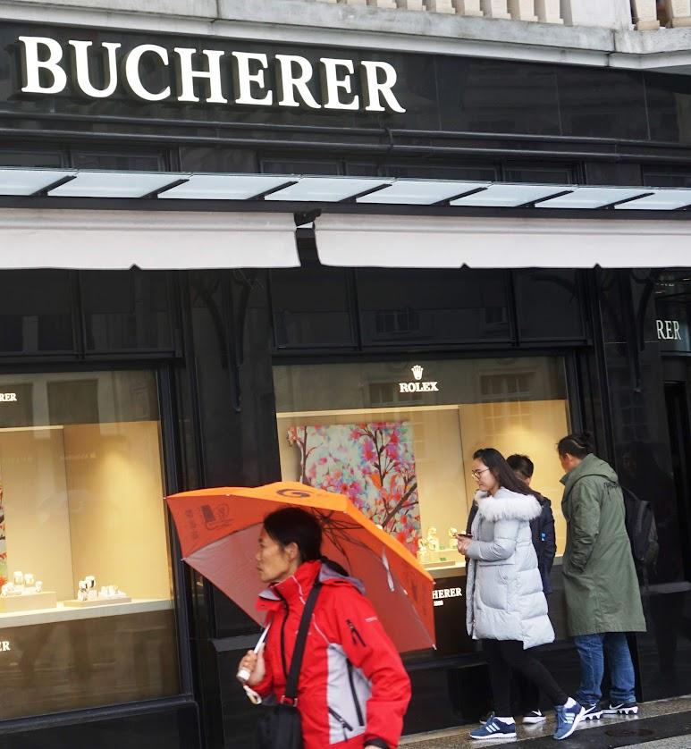 Chinois faisant du shopping en Suisse