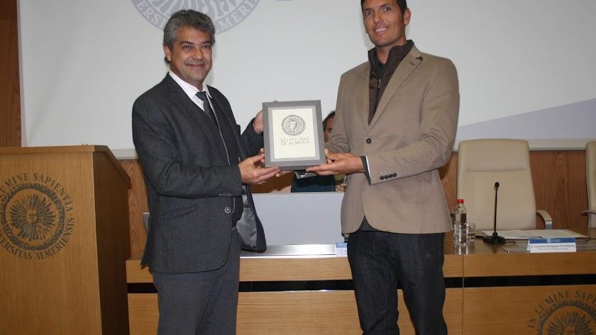 El rector nombra a Víctor Fernández embajador de antiguos alumnos de la UAL.