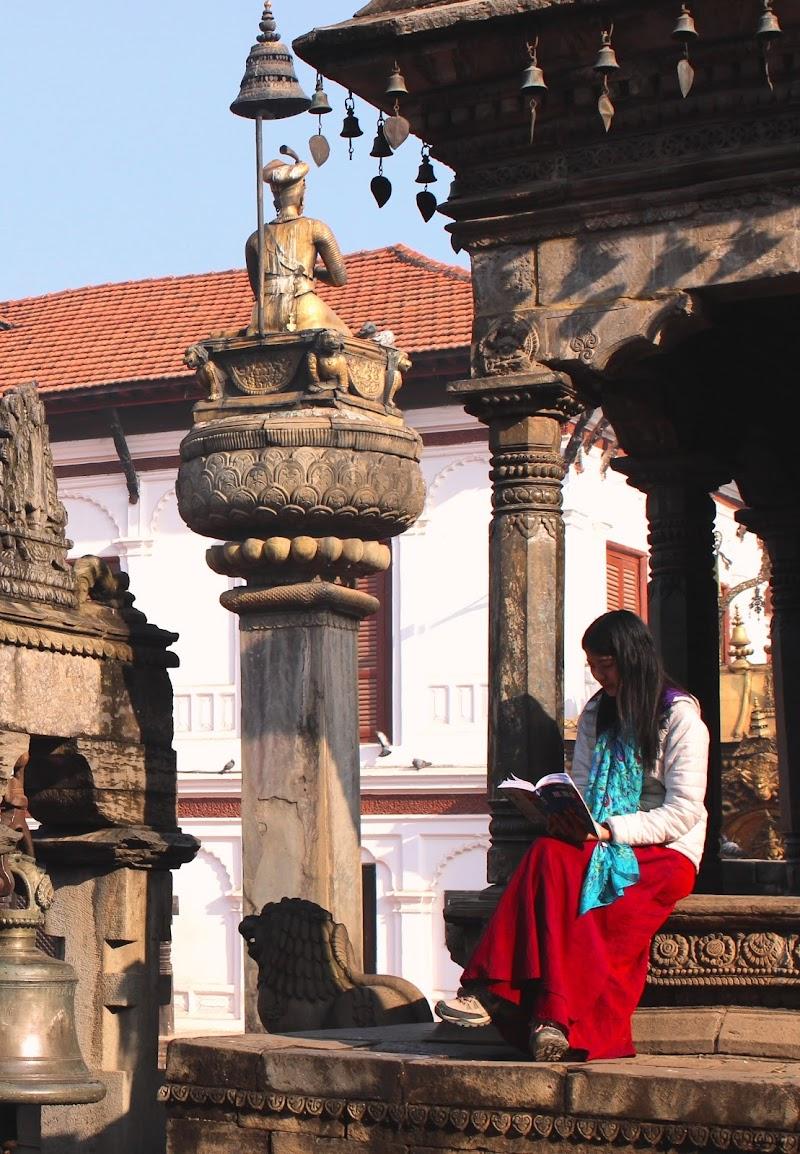 Nepal , sui gradini del tempio che adesso non esiste piu'. di ManuelGoWest