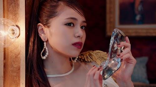 Harumi com o sapatinho de cristal.