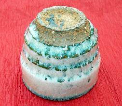 写真: 海鼠釉ぐい呑み高台  掲載作品のお問い合わせは ℡/FAX 098-973-6100でお願致します。