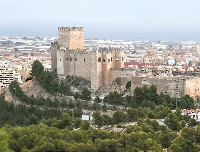 La Alcazaba,  con el aspecto del castillo de Vélez-Blanco.